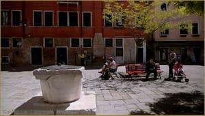 L'un des puits, datant du XIV-XVe siècle, du Campo Bandiera e Moro o de la Bragora, dans le Sestier du Castello à Venise.