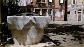 L'un des trois puits, en pierre d'Istrie, du Campiello del Piovan, celui-ci date de la fin du XIV siècle ou du début du XVe siecle, dans le Sestier du Castello à Venise.