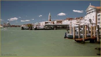 Le bassin de Saint-Marc le long de la Riva degli Schiavoni, à droite, l'église della Pietà Santa Maria della Visitazione, dans le Sestier du Castello à Venise.