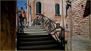 Le pont de l'Acquavita, frontière entre le rio dei Santi Apostoli et celui dei Gesuiti, dans le Sestier du Cannaregio à Venise.