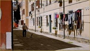 Jour de lessive, calle de le Cadene, dans le Sestier du Cannaregio à Venise.