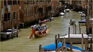 Jolie gondole à 4 rameurs sur le rio dei Gesuiti, avec en sus, la Bandiera di San Marco, le drapeau de Saint-Marc ! Dans le Sestier du Cannaregio à Venise.