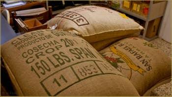 Les sacs de café vert qui attendent d'être torréfiés, chez les cafés Girani à Venise.