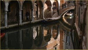 Reflets sous le pont del Piovan o del Volto, le long du Sotoportego del Magazen, dans le Sestier du Cannaregio à Venise.