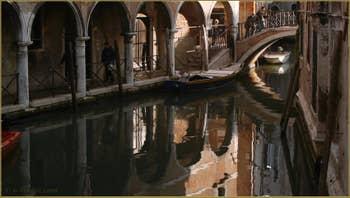 Reflets sous le pont del Piovan o del Volto, le long du Sotoportego del Magazen