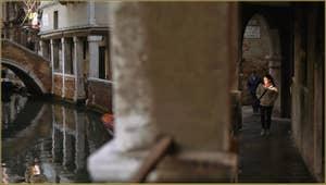 Reflets le long du Sotoportego del Magazen, dans le Sestier du Cannaregio à Venise.