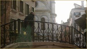 Le pont del Piovan o del Volto, au fond, l'église dei Miracoli, dans le Sestier du Cannaregio à Venise.