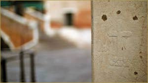 Croix gravée dans le pilier d'une maison à l'angle de la Calle a fianco de la Chiesa (le long de l'église dei Miracoli) et du Campiello dei Miracoli, dans le Sestier du Cannaregio à Venise.