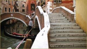 Gondole sous le pont dei Preti, au fond, le pont del Paradiso, dans le Sestier du Castello à Venise.