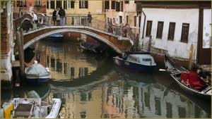 Reflets sous le pont et le rio del Mondo Novo, dans le Sestier du Castello à Venise.