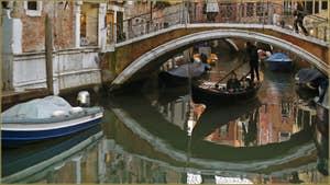 Gondole et reflets sous le pont del Mondo Novo, dans le Sestier du Castello à Venise.