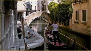 Le rio et le pont Widmann, dans le Sestier du Cannaregio à Venise.
