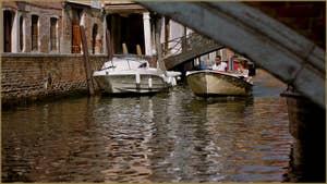 Reflets sous le pont Minich, sur le rio del Pestrin Paradiso, dans le Sestier du Castello à Venise.