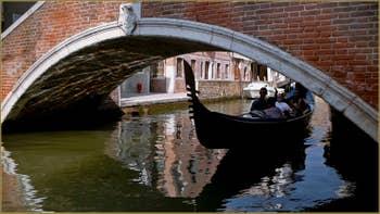 Gondole sous le pont Minich, sur le rio del Pestrin Paradiso, dans le Sestier du Castello à Venise.