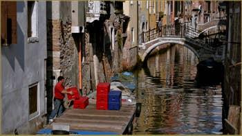 Reflets sur le rio de San Giovanni Laterano, au fond, le pont de l'Ospealeto, dans le Sestier du Castello à Venise.