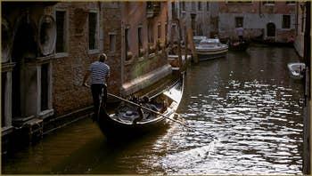 Gondole dans le soleil couchant, sur le rio de Santa Marina, frontière entre les Sestieri du Castello et du Cannaregio à Venise.