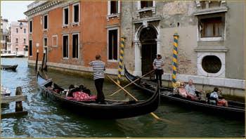 Gondoles sur le rio di San Polo, dans le Sestier de San Polo à Venise.
