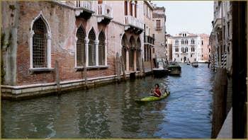 Le rio di San Polo avec, au fond, le Grand Canal à Venise.