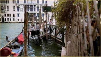 Le Traghetto de San Toma', sur le Grand Canal, dans le Sestier de San Polo à Venise.