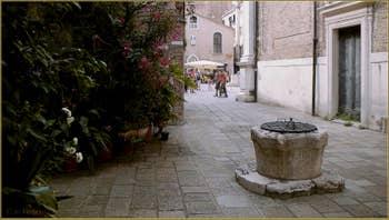Le Campiello del Piovan et son puits, au fond, le Campo San Toma', dans le Sestier de San Polo à Venise.