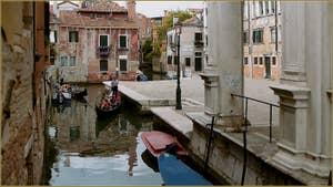 Le Campo de Castelforte et le rio de la Frescada San Rocco, le long de la Scuola San Rocco, dans le Sestier de San Polo à Venise.