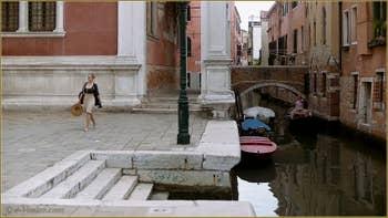 Le Campo de Castelforte et le rio de la Frescada San Rocco, au fond, le pont de la Scuola, dans le Sestier de San Polo à Venise.