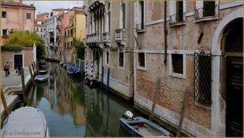 Reflets sur le rio San Stin, dans le Sestier de San Polo à Venise.