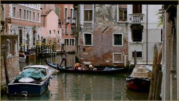 Gondole sur le rio de San Stin, vue depuis le pont Dona', dans le Sestier de San Polo à Venise.