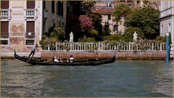 Gondole sur le Grand Canal à Venise, devant le jardin du palais Malipiero Cappello.