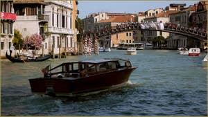 Le Grand Canal à Venise, au fond, le pont de l'Accademia.