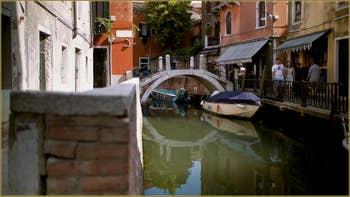 Le petit pont del Squero, sur le rio della Toletta, dans le Sestier du Dorsoduro à Venise.