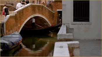 Gondole sous le pont Lombardo, dans le Sestier du Dorsoduro à Venise.