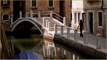 Reflets sur le rio delle Eremite, au fond, le pont de le Turchete, dans le Sestier du Dorsoduro à Venise.