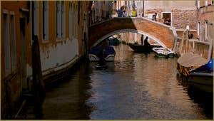 Reflets sur le rio del Malpaga, au fond, le pont Lombardo, dans le Sestier du Dorsoduro à Venise.
