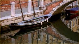 Reflets sous le pont de le Eremite, dans le Sestier du Dorsoduro à Venise.