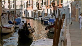 Gondole sur le rio de le Eremite, le long de la Fondamenta de Borgo, dans le Sestier du Dorsoduro à Venise.