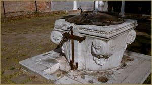 Le puits du cloître de l'église San Giobbe à Venise. Un puits qui aurait été réalisé en 1463, aux frais personnels du Doge Cristoforo Moro. Dans le Sestier du Cannaregio à Venise.