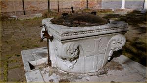 Le puits du cloître de l'église San Giobbe dans le Cannaregio à Venise. Sur cette face on peut voir une croix à trois clous, celle de l'ordre mineur des franciscains qui possédaient le couvent de San Giobbe. C'est ici qu'a séjourné, en 1443, Saint Bernard de Sienne lorsqu'il est venu prêcher à Venise.