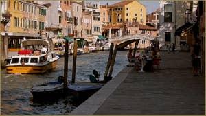 Le Canal de Cannaregio avec, au fond, le pont de le Guglie, dans le Sestier du Cannaregio à Venise.