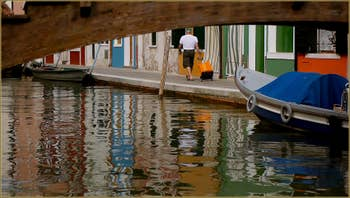 Le rio et la Fondamenta Pontinello, sur l'île de Burano à Venise.