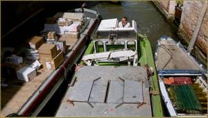 Ça passe tout juste, sous le pont Minich, dans le Sestier du Castello à Venise.