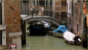 Conduite originale, avec les pieds, sous le pont de la Tetta, dans le Sestier du Castello à Venise.