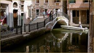 Reflets sur le rio de San Severo, le long de la Fondamenta Tetta, au fond, le pont de la Tetta, dans le Sestier du Castello à Venise.