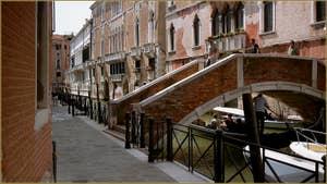 Le pont Novo, et la Fondamenta San Severo, le long du rio du même nom, dans le Sestier du Castello à Venise.