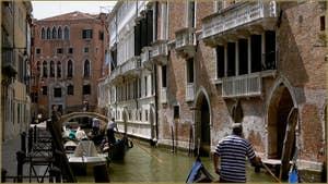 Gondoles sur le rio de San Severo, au fond, le pont San Severo, dans le Sestier du Castello à Venise.