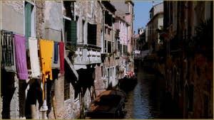 Lessive vénitienne sur le rio dei Scudi - Santa Ternita, dans le Sestier du Castello à Venise.