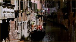 La vie d'en haut, la vie d'en bas, sur le rio dei Scudi - Santa Ternita, dans le Sestier du Castello à Venise.