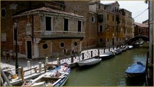 L'église de San Martino et la Fondamenta del Piovan ou Erizzo, dans le Sestier du Castello à Venise.