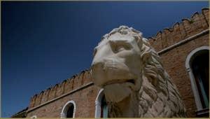 Le Lion du Pirée, devant l'entrée de l'Arsenal, dans le Sestier du Castello à Venise.