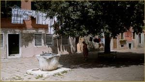 Le Campo de le Gorne et son puits en pierre d'Istrie datant du XIVe siècle, dans le Sestier du Castello à Venise.